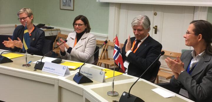 Bild på miljöministrar vid ett förhandlingsbord.