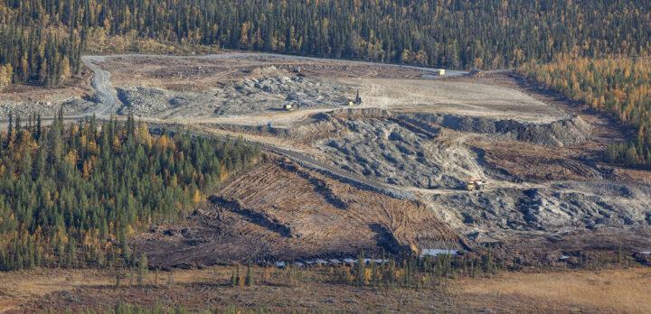 Flygbild över gruvområdet Mertainen, med nedhuggen skog och dagbrott. Foto.