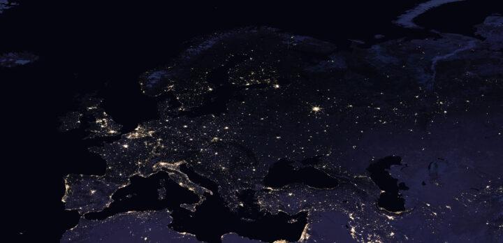 Europa om natten sett från rymden. Kontinenterna urskiljs mot det mörkare havet, och ljuspunkter lyser upp där det är städer, tätorter och infrastruktur.